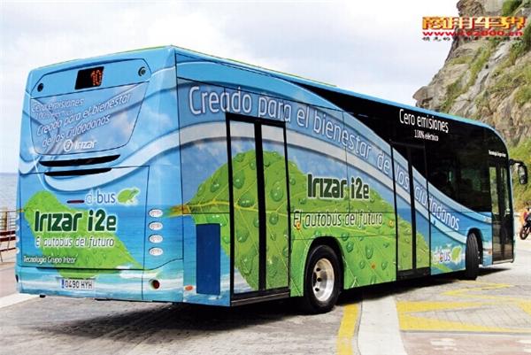 西佰客(Hispacold)公司提供的空调系统,制冷和制暖分开作用。制冷时,为乘客区提供35千瓦的功率,为驾驶区提供3.5千瓦的功率;制暖时,为乘客区提供13千瓦的功率,为驾驶区提供25-28千瓦的功率。 结构上,为了抵消车载电池的重量,这种几乎完全可回收的电动客车采用了轻量的铝螺栓设计,轮毂也是轻量的铝合金材质。与此同时,车顶非常结实,因为得安装电池、比普通柴油客车配备的更重的空调设备以及超级电容器,总重达3.