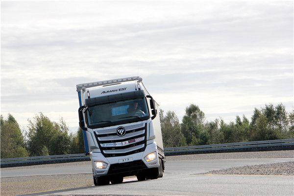欧曼EST超级卡车接受快速转向过程中的稳定性能测试 在整个过程中,欧曼EST超级卡车表现了出了十分强劲的动力,Robert对于康明斯ISG12+采埃孚Traxon的动力总成的匹配感到很满意,他认为490马力发动机在德国也是属于主流的动力区间。Robert对于采埃孚Traxon双离合器机械式自动变速器表现出了更多的关注,Robert认为在德国的重卡已经基本上都匹配了AMT自动变速器,但欧曼EST超级卡车匹配的这款自动变速器在平顺性方面、响应机制方面、传到效率方面体现出更优秀的性能。Robert认为这辆欧曼