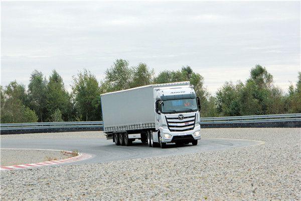 测试中的欧曼超级卡车 在制动方面,Robert表示这辆欧曼EST超级卡车的制动系统十分灵敏,甚至有些太灵敏了,轻点刹车就会立即提供了十分强大的制动扭矩,体现出车辆的制动系统的可靠性。 舒适性测试:已经接受欧洲的高端化 对于DEKRA以及ATP测试员来说,所测试过的重卡产品几乎涵盖了欧洲市场上主流的各款高端车型,所以在舒适性方面的体验要求显得相当直观和苛刻。在正式测试开始之前Robert对于车辆方向盘以及座椅一系列的调试感受到了车辆以人为本的设计思路,而Robert表示欧曼EST超级卡车的驾驶室空间布局合