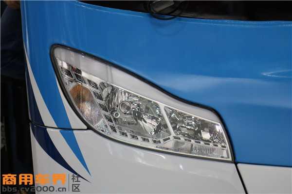 前大灯采用了更加流行的造型设计.JPG